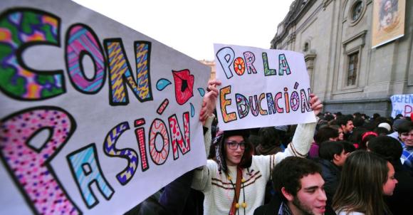 """Estudantes chilenos promovem """"beijaço"""" exigindo mudanças no sistema público de educação em Santiago. Após diversos protestos estudantis no país, o presidente Sebastián Piñera anunciou, na noite de ontem (5), um Grande Acordo Nacional para a Educação, que inclui um fundo de 4 bilhões de dólares   Foto: Martin Bernetti/AFP"""